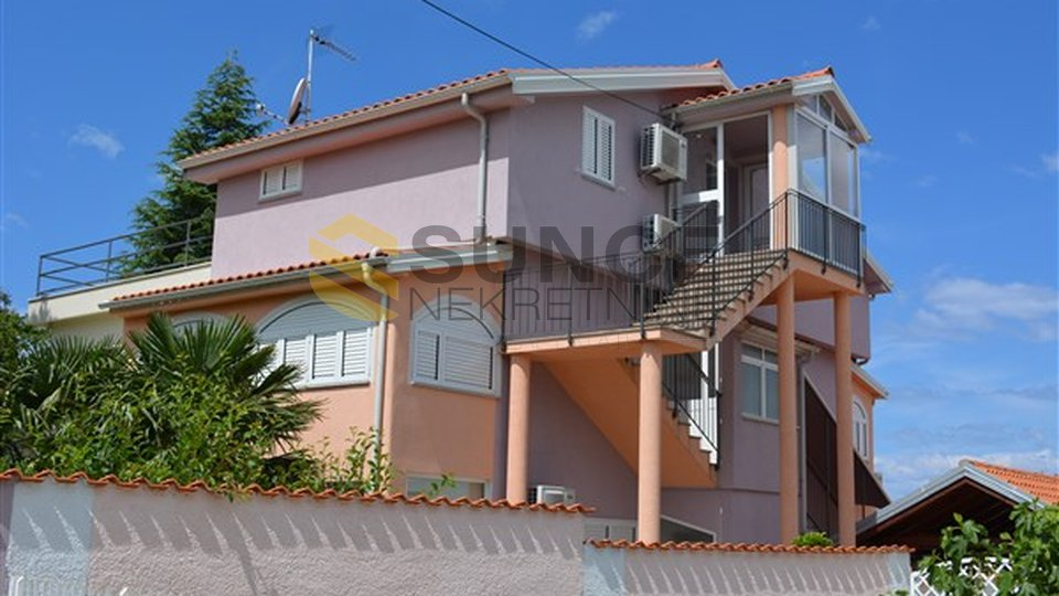Malinska, house of 240 m2 with four apartments fully furnished. Excellent location