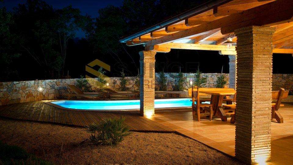 Otok Krk, prekrasno uređena stara kamena kuća s velikom okućnicom i bazenom!